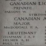 Inscription sur le Mémorial de la Porte de Menin (Ypres) – Détail du paneau 10 sur la Porte de Menin, Ypres, Belgique, où la mémoire d'Alexis Helmer est commémorée.. Photo fournie par Dover War Memorial Project, Angleterre