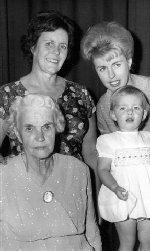 Photo de Famille – Quatre générations. Devant à gauche : Bessie, la veuve de Henry En arrière à gauche : La fille de Henry - Annie En arrière à droite : La deuxième fille d'Annie - Marilyn Devant à droite : La première fille de Marilyn - Tracey
