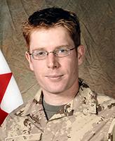 Photo de Mathew McCully – Caporal Matthew McCully a été tué Vendredi le 25 mai 2007  par un engin explosif improvisé alors qu'il participait à une patrouille à pied en compagnie de membres des forces afghanes près du village de Nalgham, à environ 35 km à l'ouest de Kandahar. L'unité d'appartenance du Caporal McCully était le Quartier général et Escadron de Transmissions du 2e Groupe-brigade mécanisé du Canada. Photo: Banque d'images des Forces canadiennes
