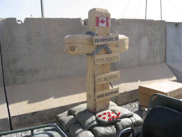 Mémorial – Croix érigée en Afghanistan (près de Kandhar) par les frères d'armes en l'honneur de l'adjudant-maitre Mercier et le caporal Duchesne.