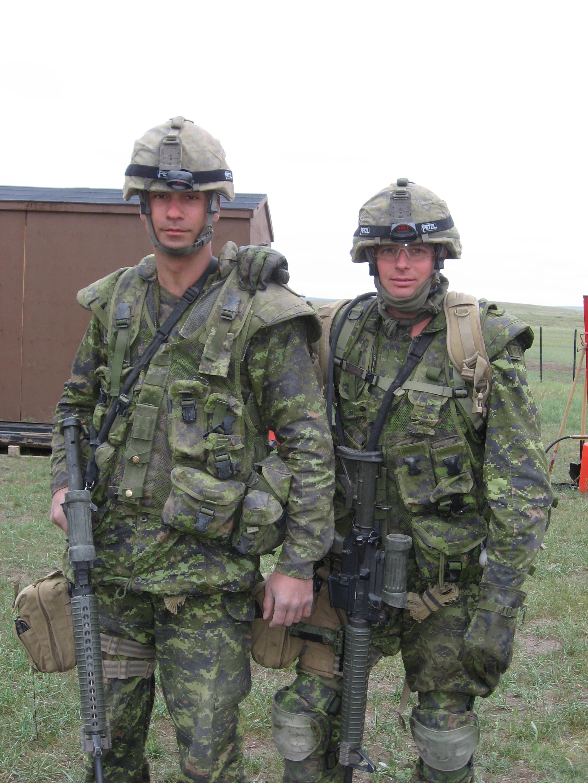 Photo de Groupe – Christian Duchesne et Jonathan Nolin (ami de Christian), tous 2 ambulanciers (5eme ambulance de campagne), lors de leur entrainement en vue du déploiement en Afghanistan