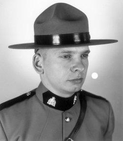 Gendarme Roy John William Karwaski – © Sa Majesté la Reine du chef du Canada représentée par la Gendarmerie royale du Canada