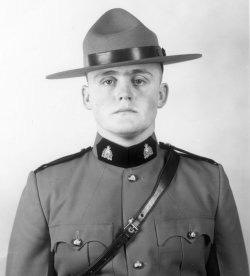 Gendarme de troisième classe Terry Eugene Tomfohr – © Sa Majesté la Reine du chef du Canada représentée par la Gendarmerie royale du Canada