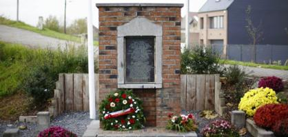 Memorial – The original plaque dedicated to the memory of private George Lawrence Price was inaugurated on 11 November 1968 by Colonel McIntyre (who commanded the 28th Canadian Infantry Battalion) in the presence of many surviving members of Company A. It was placed on the facade of the house he came out of when he was fatally shot. The building was demolished in the 1980s to allow widening the canal and the plaque was affixed to a memorial located almost in front of the place where he was shot.