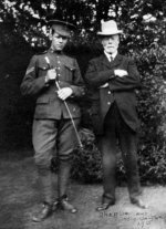 Charles Collyer avec son oncle Walter Dawes – Caporal Charles Collyer avec son oncle Walter DawesRye, Sussex, 1915.Source : N. Hockin