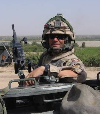 Mark Gasparotto donne en uniforme de combat