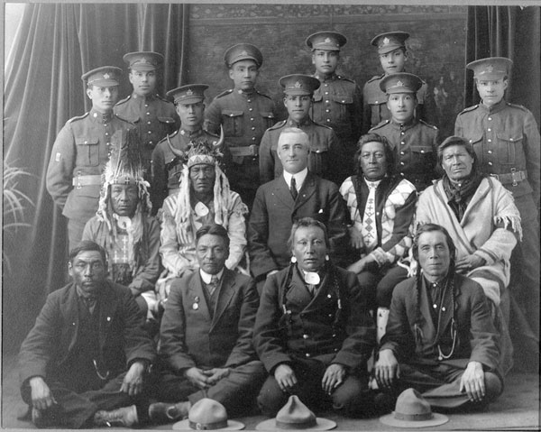 Indigenous soldiers and Elders from a Saskatchewan First Nations community during the First World War.
