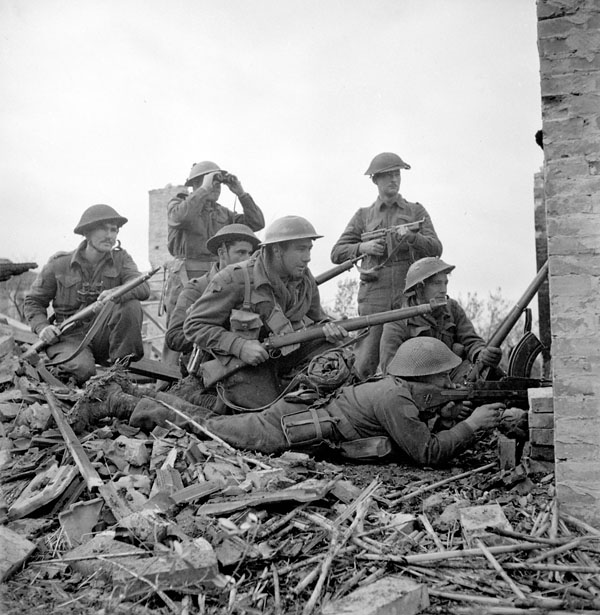 1<sup>st</sup> Canadian Division in action, Italy, December 1943. <br /><em>(Photo: Library and Archives Canada PA-136332)</em>