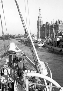 Sweepers returning to Antwerp docks, November 1944. <em>(Library and Archives Canada PA-42887)</em>
